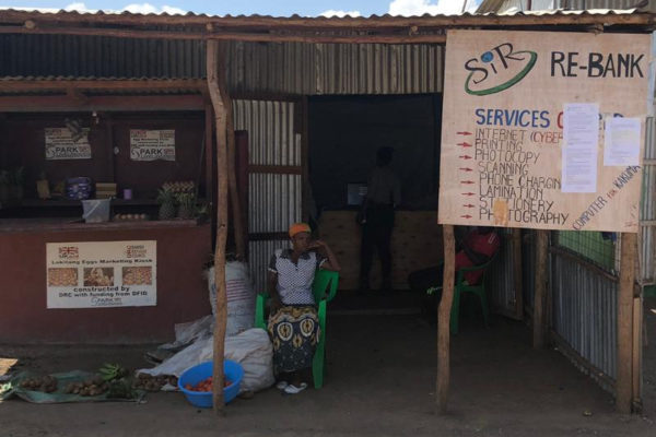"""Picture of a hut with the sign """"Internet Café"""""""